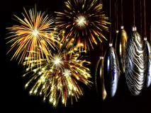 Xmas, anos novos do cartão, fogos-de-artifício com os baubles no fio. Fotografia de Stock