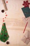 Xmas-bakgrund med det handgjorda granträdet, röda stjärnor och kuvertet Bästa sikt, kopieringsutrymme Arkivfoton