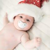 Xmas behandla som ett barn med det Santa Claus locket Fotografering för Bildbyråer
