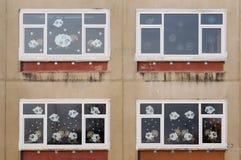 Xmas-fönster av den gamla byskolan Arkivbild