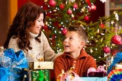 xmas för gåvor för julhelgdagsaftonfamilj royaltyfri fotografi