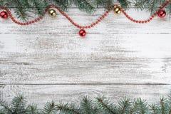 xmas för kortillustrationvektor Gammal träjulbakgrund Granfilialer Guld- och röda struntsaker röda girlander arkivbild