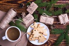 Xmas-feriebakgrund med hemlagade julkakor, kopp av Arkivfoto