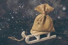 Xmas-gåva i den santa påsen royaltyfri foto