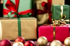 Xmas-gåvor i rött, grönt och guld- Arkivbild