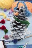 Xmas-garneringhantverk: pinecone Royaltyfri Fotografi