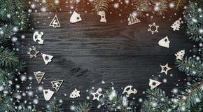 Xmas-hälsningkort med ljus och snöeffekt Utrymme för text, introram av granfilialer och träjulleksaker fotografering för bildbyråer