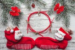 Xmas kartka z pozdrowieniami Biały drewniany tło, Bożenarodzeniowa pończocha z Santa i ja z barwionymi cukierkami inside, Handmad Zdjęcie Royalty Free