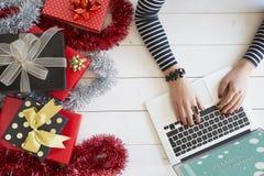 Xmas-online-shopping med gåvaaskar royaltyfri bild
