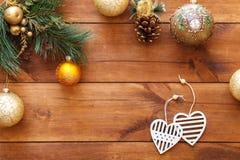 Xmas piłek serca na choince, szczęśliwa nowy rok karty dekoracja na brown drewnianym tle, odgórny widok, kopii przestrzeń Zdjęcia Stock