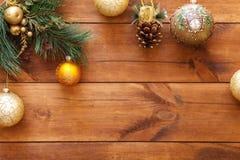 Xmas piłki na wesoło choince, szczęśliwa nowy rok karty dekoracja na brown drewnianym tle, odgórny widok, kopii przestrzeń Zdjęcie Stock