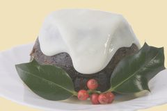 Xmas pudding. With sauce and holly Royalty Free Stock Photo