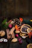 Xmas-symboler liksom muttrar, orange skivor, trädfilialer, cranber Royaltyfri Foto