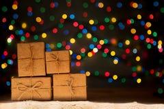 Xmas tänder som stjärnor, julgranen, gåvaaskar och kopieringsutrymme royaltyfria foton