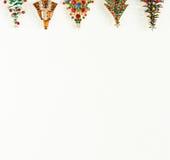 Xmas temat Moda modela biżuteria Rocznik biżuterii tło Piękne jaskrawe rhinestone choinki broszki na białym tle Obraz Royalty Free