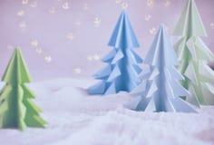 Xmas-träd för origami 3D från papper på vita bakgrunds- och bokehljus GLAD JUL OCH KORT FÖR NYTT ÅR pappers- konststil Kopierings royaltyfria foton