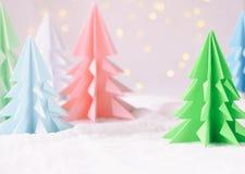 Xmas-träd för origami 3D från papper på vita bakgrunds- och bokehljus GLAD JUL OCH KORT FÖR NYTT ÅR pappers- konststil Kopierings royaltyfria bilder