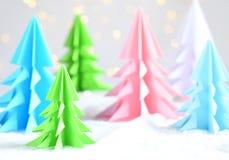 Xmas-träd för origami 3D från papper på vita bakgrunds- och bokehljus GLAD JUL OCH KORT FÖR NYTT ÅR pappers- konststil Kopierings arkivbilder