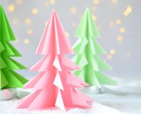 Xmas-träd för origami 3D från papper på vita bakgrunds- och bokehljus GLAD JUL OCH KORT FÖR NYTT ÅR pappers- konststil Kopierings royaltyfri fotografi