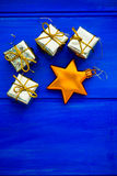 Xmas-trädgarneringar liksom guld- gåvor och stjärnan Arkivbild