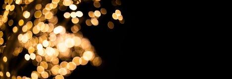 Xmas wakacji błyskotliwości bokeh zaświeca tło Magiczni defocused złoci światła zamazujący skutka wzór na czerni kopia obraz royalty free
