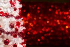 圣诞树背景,白色Xmas树红色Defocused光 免版税库存照片
