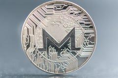 xmr A moeda de prata cripto da moeda de Monero, tiro macro da moeda do Iota isolado no fundo, cortou a tecnologia de Blockchain, imagem de stock royalty free