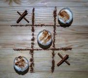 XO-Spiel-Reis-Pudding gegen Zimt vollständig Lizenzfreie Stockfotos