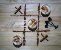 XO-Spiel-Reis-Pudding gegen Zimt vollständig Stockfotos