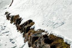 Xoxoxo-Bedeutung umarmt und die Küsse, die in den Schnee geschrieben werden Stockfotografie