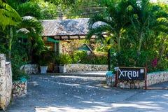 Xtabi semesterort på klipporna av den jamaikanska västkustenturismstaden, västra slut Negril Jamaica royaltyfri bild