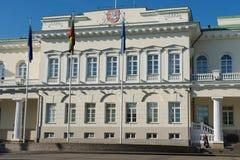 Xterior av presidentpalatset tidigt på morgonen i den Vilnius staden, Litauen Royaltyfria Foton