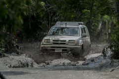 Xtrail de Nissan corrido en fango Foto de archivo libre de regalías