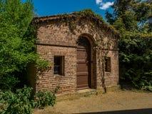 XVIII世纪砖棚子 免版税图库摄影