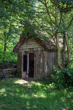 XVIII wiek woodcutters średniowieczna jata w lasu położeniu Obraz Stock