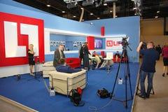 XX圣彼得堡国际经济论坛(SPIEF 2016年俄罗斯) 打开演播室新闻电视频道生活 库存照片