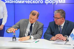 XX Świątobliwy Petersburg międzynarodowy ekonomiczny forum dostać jego znaczek pocztowego (SPIEF 2016 Rosja) Zdjęcie Stock