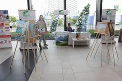 XX fórum econômico internacional de St Petersburg (SPIEF Rússia 2016) Exposição das pinturas por Fyodor Konyukhov Fotografia de Stock Royalty Free