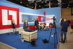 XX St Petersburg internationellt ekonomiskt forum (SPIEF Ryssland 2016) öppna liv för studionyheternaTV-kanal Arkivfoton
