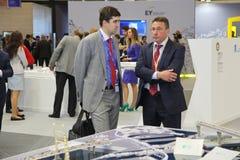 XX St Petersburg internationellt ekonomiskt forum (SPIEF Ryssland 2016) besökare, gäster och deltagare av forumet Arkivfoto