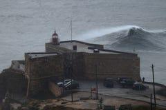 XXL bewegt in Nazare Portugal wellenartig Lizenzfreies Stockbild