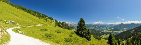 XXL-panorama - fotvandra slingan på det Hochkoenig berget - Österrike Arkivfoton