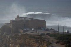XXL-vågor på praiaen gör Norte Nazare Portugal Arkivbilder