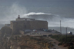 XXL-Wellen am Praia tun Norte Nazare Portugal Stockbilder
