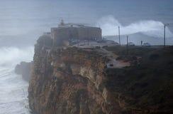 XXL-Wellen am Praia tun Norte Nazare Portugal Stockbild