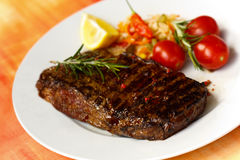 XXX - Großes New- Yorkstreifen-Steak mit Salat stockfoto