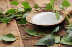 Xylit (azúcar del abedul) en una cuchara de madera Imagen de archivo libre de regalías