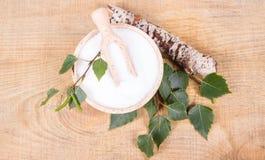 Xylitol - Zuckerersatz Birkenzucker auf hölzernem Hintergrund stockbilder