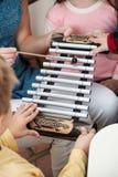 Xylophone d'And Students Playing de professeur dans la classe Photos libres de droits