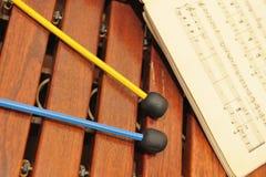 Xylophone en bois avec des notes et des maillets Images stock